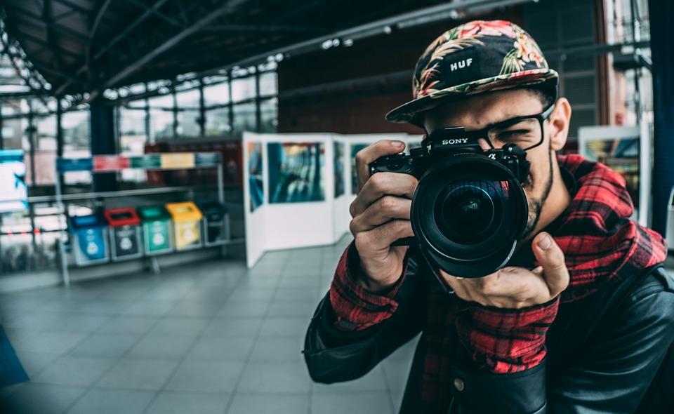 Persona con macchina fotograficaPersona con macchina fotografica